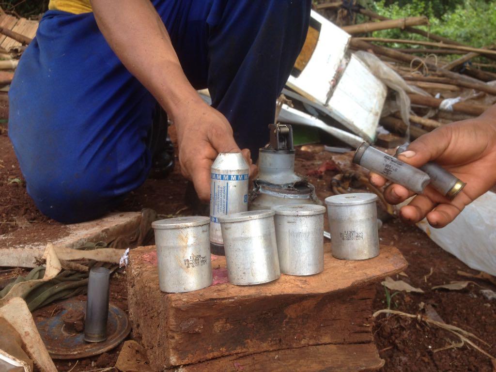 Indígenas Terena reúnem projéteis utilizados pela Tropa de Choque em reintegração de posse contra retomada em Dourados (MS), no início de dezembro. Foto: Povo Terena