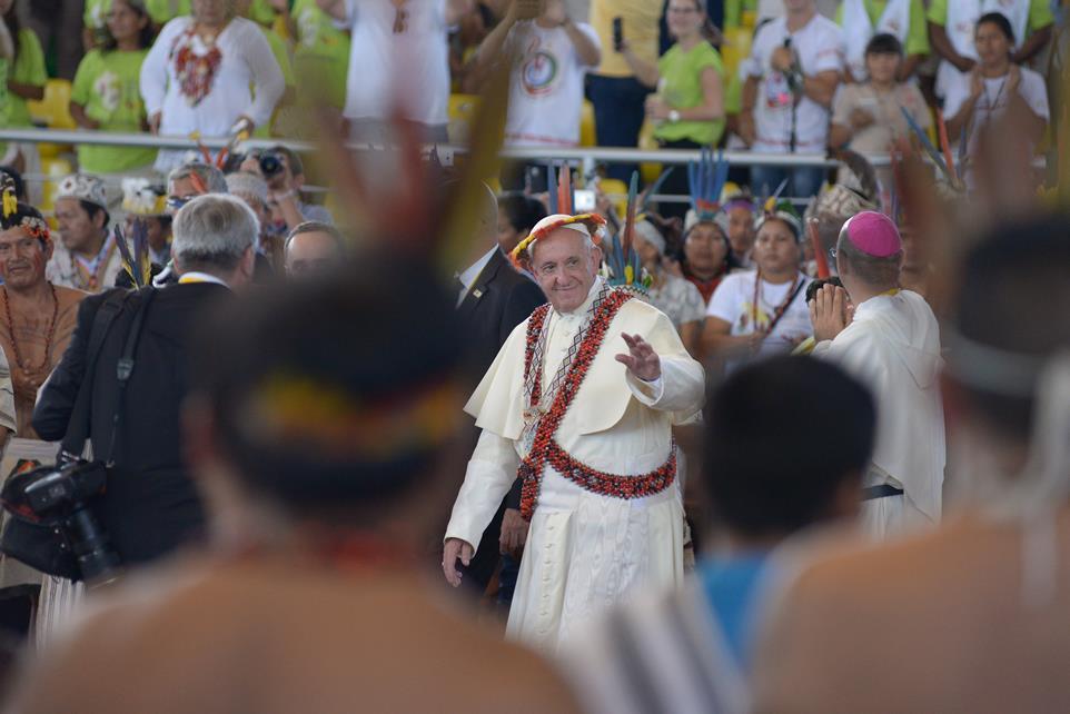 Papa Francisco com presentes do povo Awajún. Foto: Miguel Arreategui Rodriguez/Repam