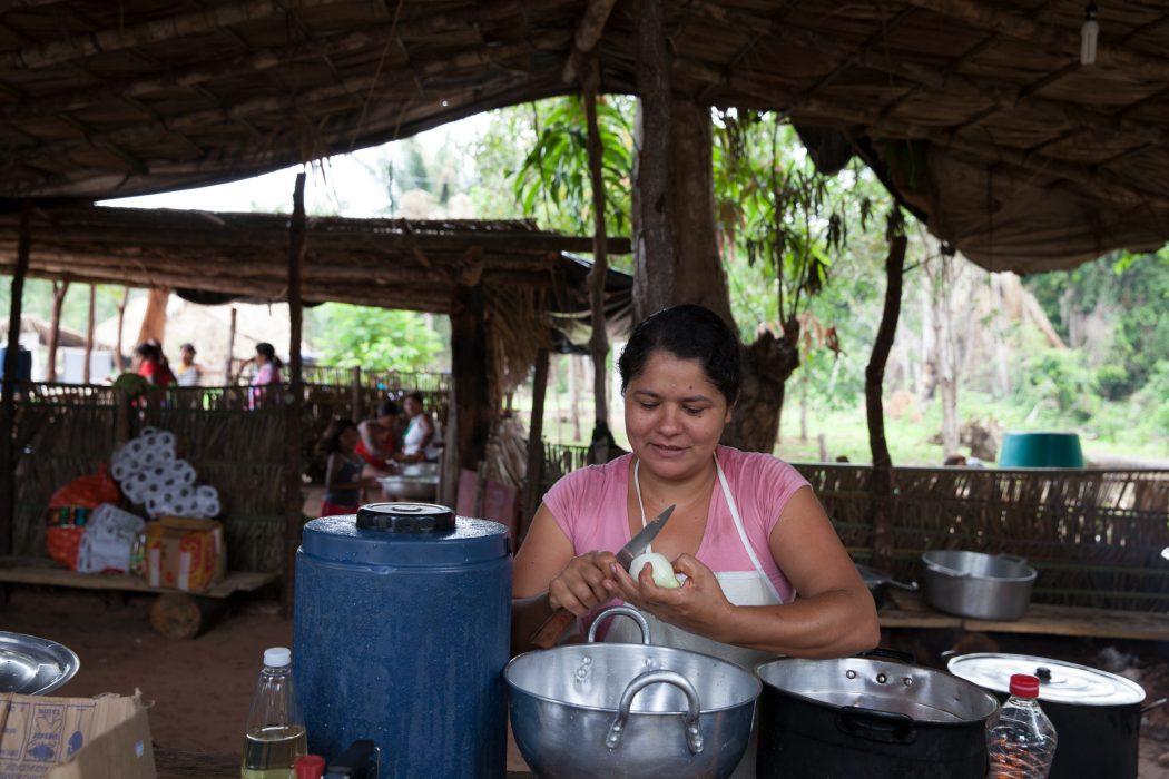 Agricultora preparando almoço durante encontro de agroecologia. Foto: Edson Prudencio/APA-TO