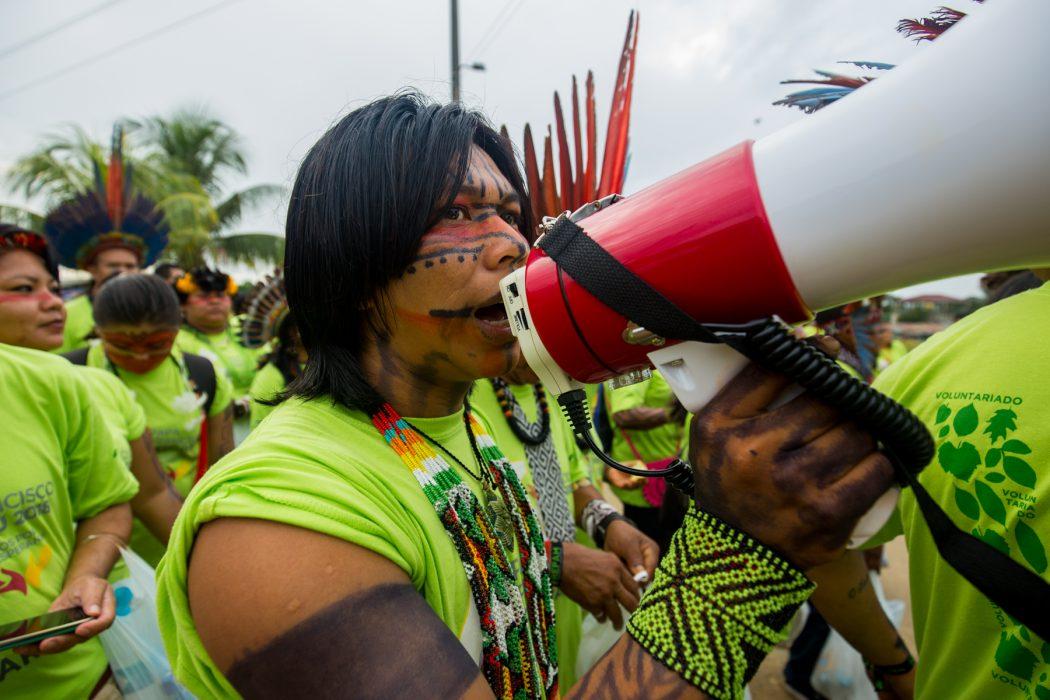 """No caminho até o Coliseu Madre de Dios, indígenas entoaram cantos de seus povos, mas também gritos de protesto como """"PEC 215 não!"""" e """"Demarcação Já"""", chamando atenção dos peruanos. Foto: Tiago Miotto/Cimi"""