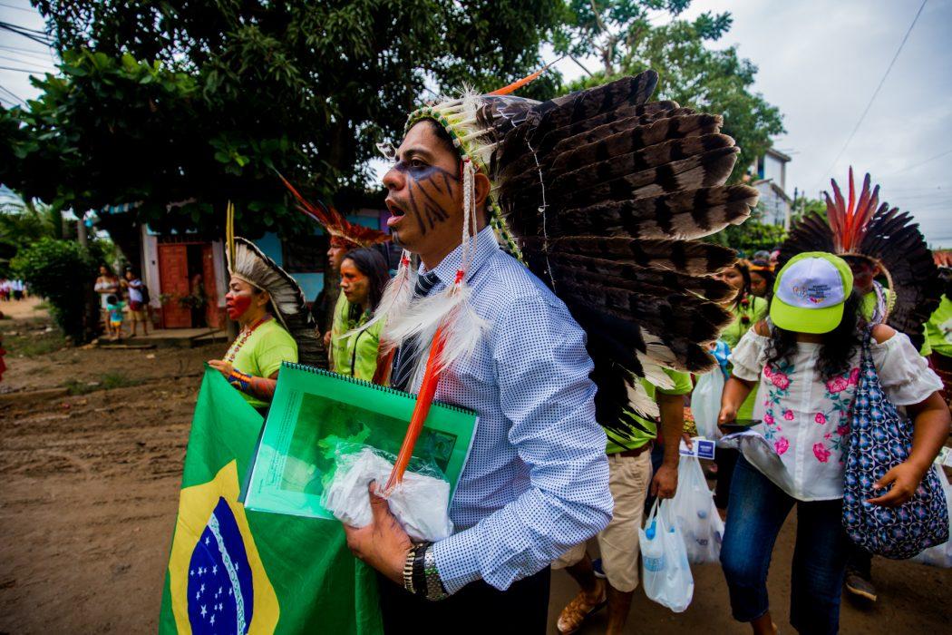 No dia do encontro com o Papa, os carros foram impedidos de circular. Os indígenas do Brasil caminharam por uma Puerto Maldonado sem automóveis, mas cheia de gente. Foto: Tiago Miotto