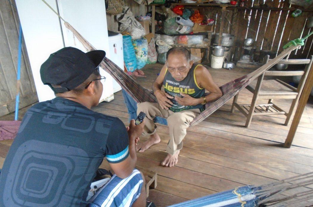 O jovem Samuel Shawadawa entrevista o pajé Carlito Jaminawa, numa iniciativa para registrar as histórias dos mais velhos. Foto: Paola Mallmann/Cimi AO