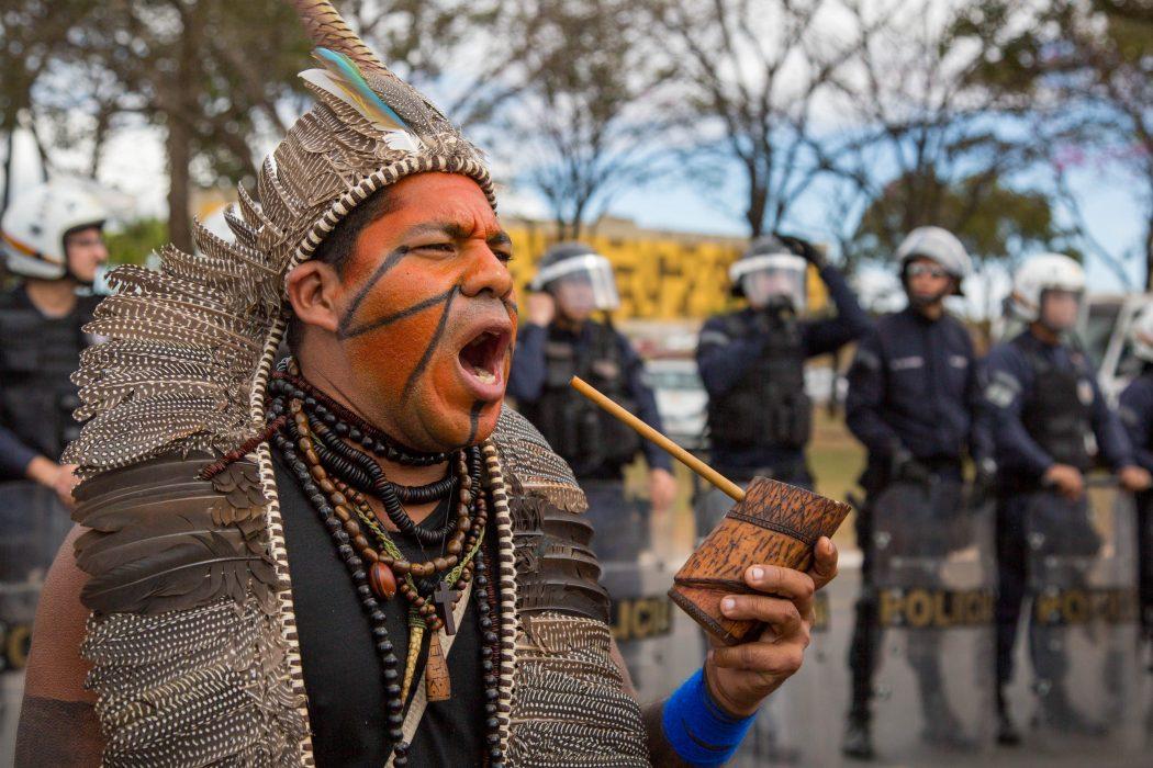 Policiais militares acompanharam de perto o ato em frente ao Palácio do Planalto. Foto: Guilherme Cavalli/Cimi